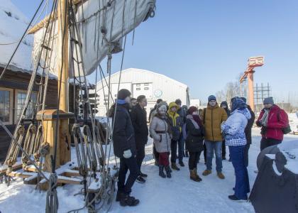 Студенты Корфака  СПбГМТУ побывали с экскурсией на верфи деревянного судостроения