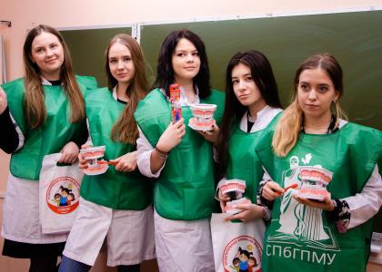 Студенты СПбГПМУ рассказали петербуржцам о гигиене полости рта